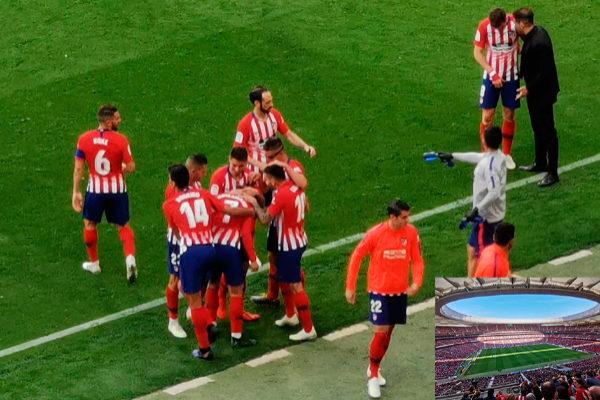 Jugadores del Atlético de Madrid celebran un gol ante el Celta de Vigo frente a su vestuario. En la esquina inferior derecha, una foto del estadio sin emplear zoom utilizada como referencia de la posición desde la que se ha tomado la instantánea.