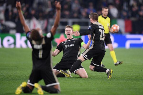 Neres, De Ligt y Schöne festejan el triunfo del Ajax en Turín.