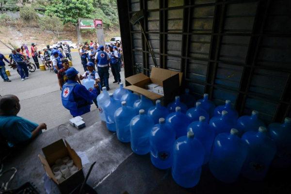La Cruz Roja de Venezuela distribuye bidones para recoger agua.