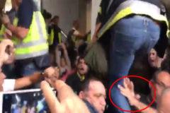 """Un policía en el instituto de Tarragona: """"Nos agarraban las piernas"""""""