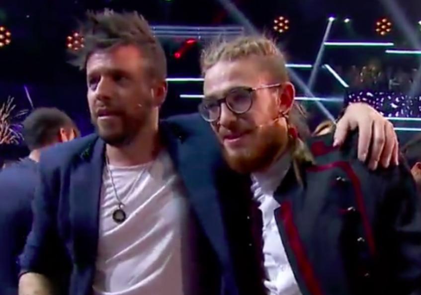 El 'coach' Pablo López y su 'talent' Andrés Martín tras proclamarse ganadores durante la gran final de La Voz en Antena 3.