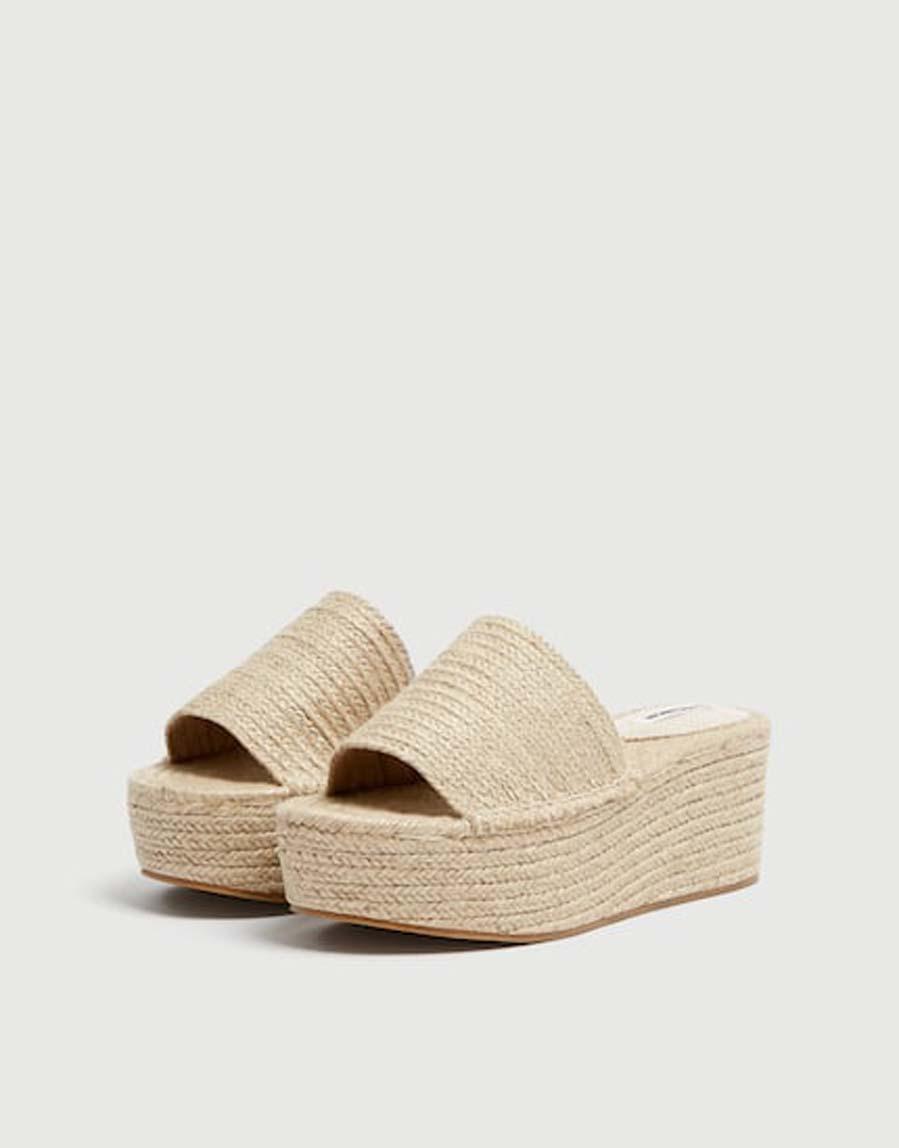 d9c435827 Las alpargatas  el calzado favorito de las  it girls  esta temporada ...