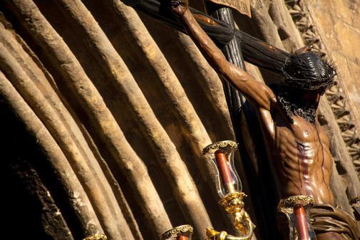 Salida del paso del Santísimo Cristo de Las Almas, de la hermandad de Los Javieres, este Martes Santo en Sevilla.