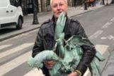 El presidente de la Federación Francesa de la Construcción, Jacques Chanut, con el gallo que coronaba la aguja de la catedral de Notre Dame.