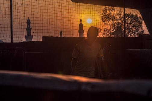 Una joven juega el fútbol en El Cairo.