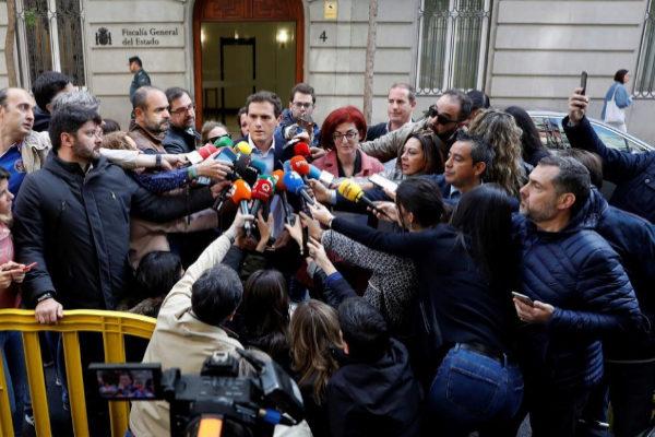 Albert Rivera, rodeado de periodistas, a las puertas de la Fiscalía...