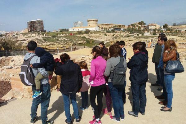 Los más pequeños y pequeñas de las casas disfrutan de visitas guiadas a los yacimientos arqueológicos del Tossal de Manises y Illeta dels Banyets.