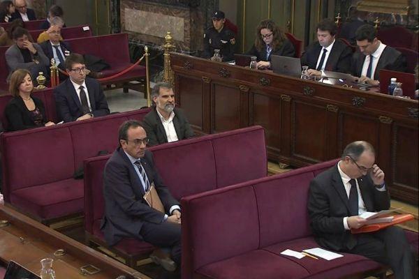"""GRAF4006. MADRID.- Imagen capturada de la señal institucional del Tribunal Supremo, (de izda a decha y de arriba abajo) los acusados Santi Vila, Meritxell Borrás, Carles <HIT>Mundó</HIT>, Jordi Cuixart, Josep <HIT>Rull</HIT> y Jordi Turull, durante la sesión de este martes del juicio del """"procés"""", en una jornada en la que continúan las declaraciones de mandos y agentes policiales, que darán detalles sobre el operativo de la Policía Nacional en el 1-O y sobre las protestas organizadas en vísperas del referéndum. Tribunal Supremo"""