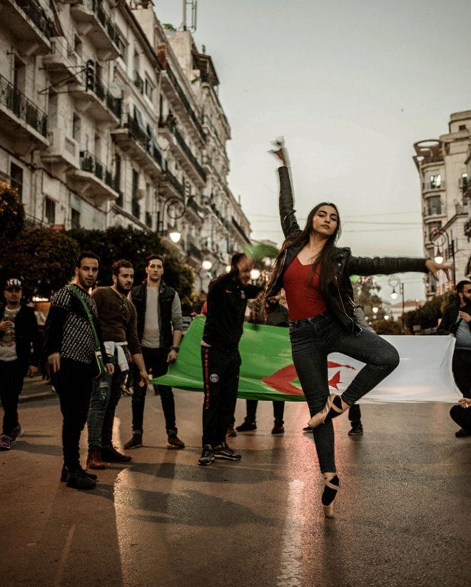 Melissa Ziad hace un paso de ballet en una manifestación. La imagen, captada por la fotógrafa Rania G, se titula Protesta poética.
