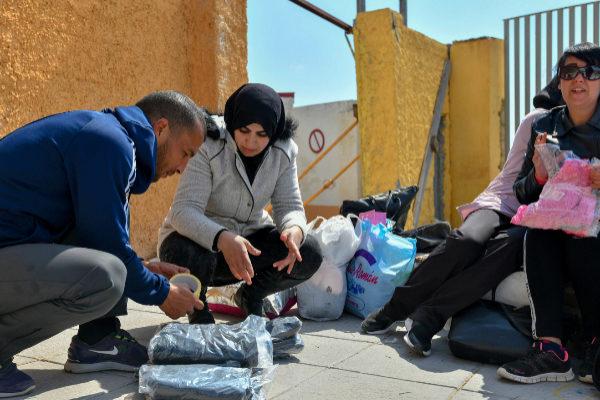 Samia y su madrido Hassan preparan los paquetes para pasar la...
