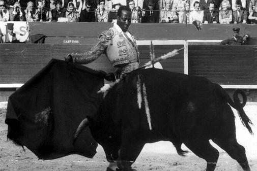Ricardo Chibanga durante un festejo a principios de los años 70.