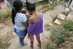 La refugiada venezolana MAC (a la derecha junto a su bebé y su madre), que fue violada en Colombia y que ha denunciado la falta de asistencia sanitaria en ese país de acogida. Firma: Women's Link- Juan Pablo <HIT>Bayona</HIT>