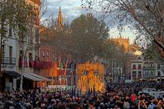 La Virgen de la Caridad de la Hermandad del Baratillo procesiona por las calles del centro de Sevilla.