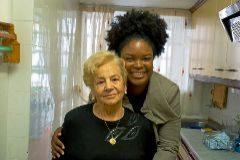Aurelia, de 84 años, y Paula, de 31, en el piso que comparten