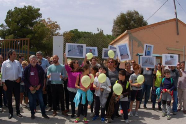 Familias del CEIP Canyada del Fenollar acompañadas, ayer, de políticos de diferentes partidos, durante la protesta.