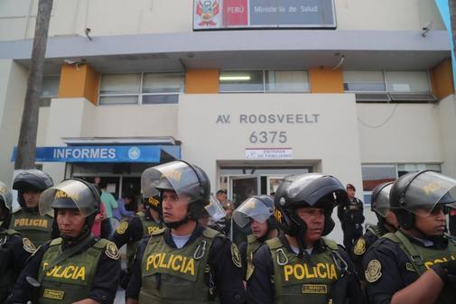 Policías custodian el hospital donde falleció Alan García.
