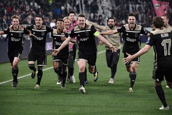 El Ajax celebra en Turín su pase a semifinales de la Champions.