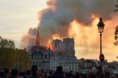 La aguja de la catedral de Notre Dame, en llamas.