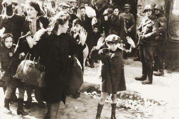Soldados alemanes encañonan a un grupo de judíos tras el levantamiento.