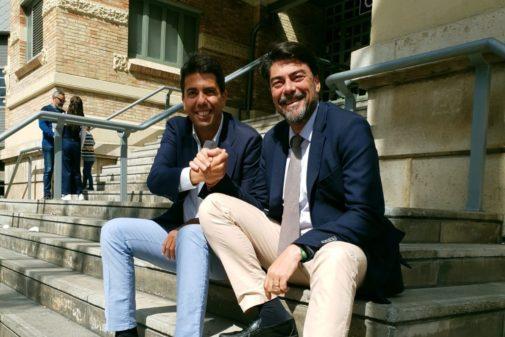 Carlos Mazón y Luis Barcala, ayer en las escaleras del Mercado.