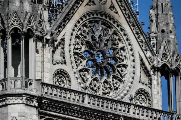 Un detalle del crucero sur de la catedral de Notre Dame después del incendio.