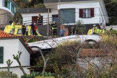 EPA2313. SANTA CRUZ (PORTUGAL).- Rescatistas inspeccionan el sitio de un accidente de donde chocó un autobús de turismo este miércoles en Canico, Santa Cruz, isla <HIT>Madeira</HIT> (Portugal). Según el Protección Civil de <HIT>Madeira</HIT>, algunas personas fallecieron en el accidente.