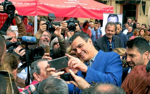 Pedro Sánchez se fotografía con varios simpatizantes, ayer, en las calles de Ibiza.