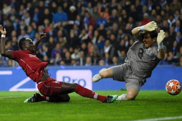 Mané bate a Casillas en la acción del 0-1 en O Dragao.