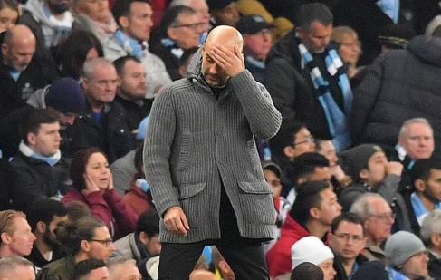 Guardiola se lamenta durante el partido.