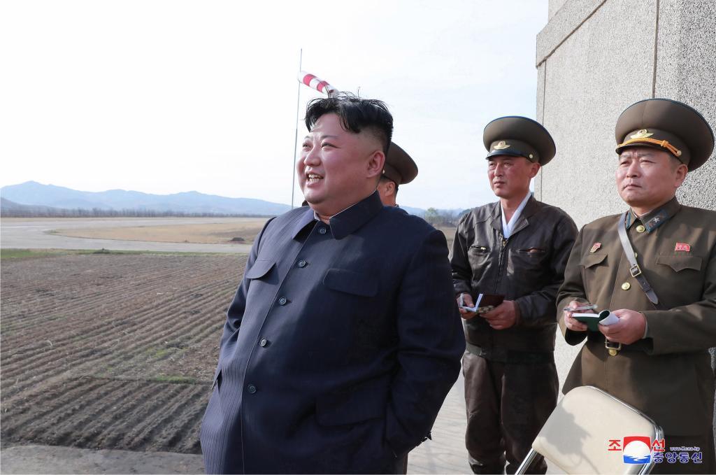 EPA1119. PYONGYANG (<HIT>COREA</HIT> DEL <HIT>NORTE</HIT>), 16/04/2019.- Fotografía cedida por la Agencia Central de Noticias de <HIT>Corea</HIT> del <HIT>Norte</HIT> (), muestra al líder norcoreano Kim Jong-un (i) mientras supervisa un ejercicio de vuelo de pilotos de combate de la unidad 1017 de la Fuerza Aérea de Ejército Popular Coreano, este martes en Pyongyang (<HIT>Corea</HIT> del <HIT>Norte</HIT>). /SOLO USO EDITORIAL