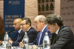 A. Mayor, presidente de Hosbec, entre Toni Pérez (alcalde de Benidorm) y F. Colomer, ayer en la asamblea de la patronal.