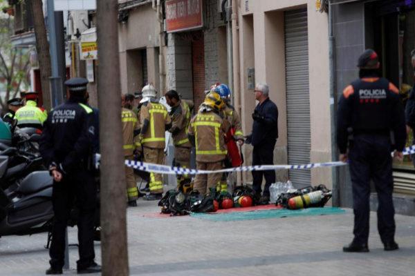 Bomberos y Mossos d'Esquadra en las inmediaciones del incendio en l'Hospitalet.