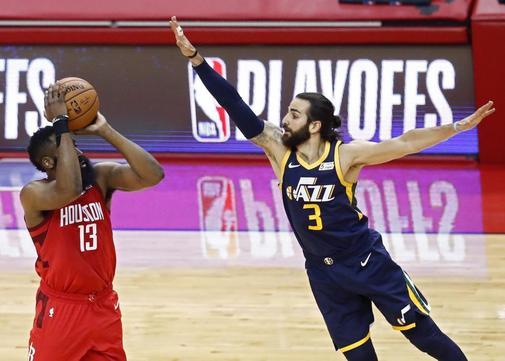 LWS103. HOUSTON (ESTADOS UNIDOS), 17/04/2019.-El escolta de los Jazz de Utah, Ricky Rubio de España (d), intenta bloquear un tiro contra el escolta de los Houston Rockets, James <HIT>Harden</HIT> (i) en el partido de baloncesto de la NBA entre el Utah Jazz y los Houston Rockets, en el Toyota Center en Houston, Texas, EE.UU., 17 de abril de 2019.   / PROHIBIDO SU USO POR SHUTTERSTOCK