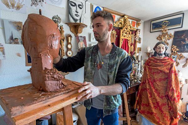 A sa casa en l'alacantí barri de Benalua, té Jorge Marín el taller. Allí li agrada tirar hores trobant els detalls més adequats als encàrrecs nous que li passen i per a restaurar les peces que li envien.