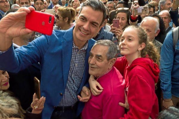 Baño de masas de Pedro Sánchez en una visita de 26 minutos a Ibiza.