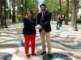 Julia Llopis y Luis Barcala, ayer, en la explanada de Alicante