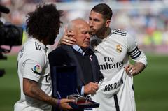 """GRAF854. MADRID (ESPAÑA).- Fotografía de archivo (20/10/2018) de los capitanes del Real Madrid Marcelo Vieira (i) y Sergio Ramos (d), durante el homenaje que han hecho al delegado campo Agustín <HIT>Herrerín</HIT> (c), antes del partido contra el Levante en el Estadio Santiago Bernabéu en Madrid. El Real Madrid anunció este jueves el fallecimiento de <HIT>Herrerín</HIT>, quien estuvo vinculado al club """"durante más de 50 años"""". Rodrigo Jiménez"""
