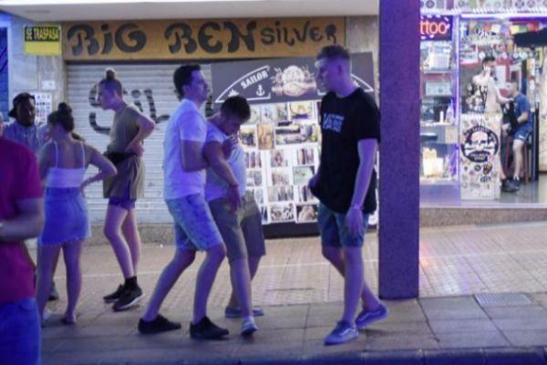 Un joven turista, en estado de embriaguez en Magaluf.