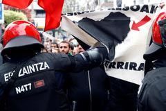 Cargas de la Ertzaintza contra los manifestantes en el acto de Cs en Rentería.