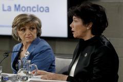 La portavoz del Gobierno, Isabel Celaá, junto a la ministra de Sanidad, María Luisa Carcedo, hoy durante la rueda de prensa posterior al Consejo de Ministros.