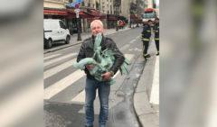 El gallo que coronaba la aguja de Notre Dame, encontrado entre los escombros