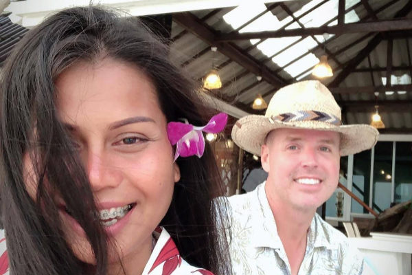 Nadia Thepdet y su pareja Chad Elwartowski.