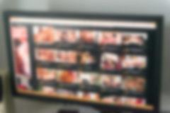 Vista desenfocada de una página web de vídeos porno.