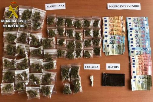 Drogas y dinero incautado a los siete detenidos.