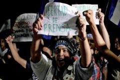 Varios manifestantes gritan consignas a favor de la libertad de prensa en Managua.