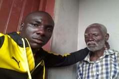 El regreso. Chancelin junto a su abuelo nada más aterrizar en Camerún después de estar cinco años viajando por Africa.