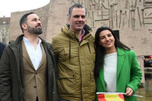 Santiago Abascal, Javier Ortega Smith y Rocío Monasterio, en la manifestación de Colón contra Pedro Sánchez, antes de la convocatoria electoral.