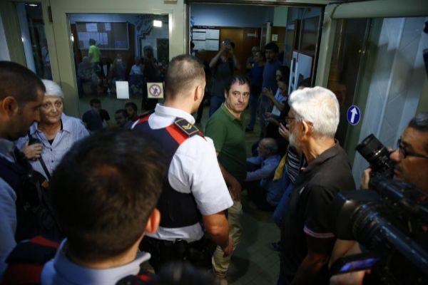 Mossos en un centro de votación de Barcelona la víspera del 1-O