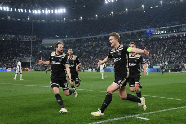 Los jugadores del Ajax celebran el gol de De Ligt.