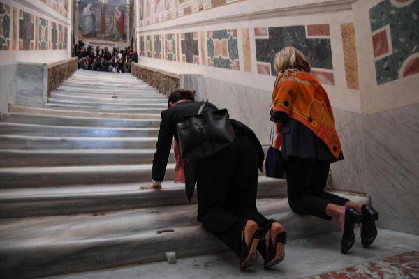 ROM04. <HIT>ROMA</HIT> (ITALIA).- Dos mujeres asisten a la apertura...